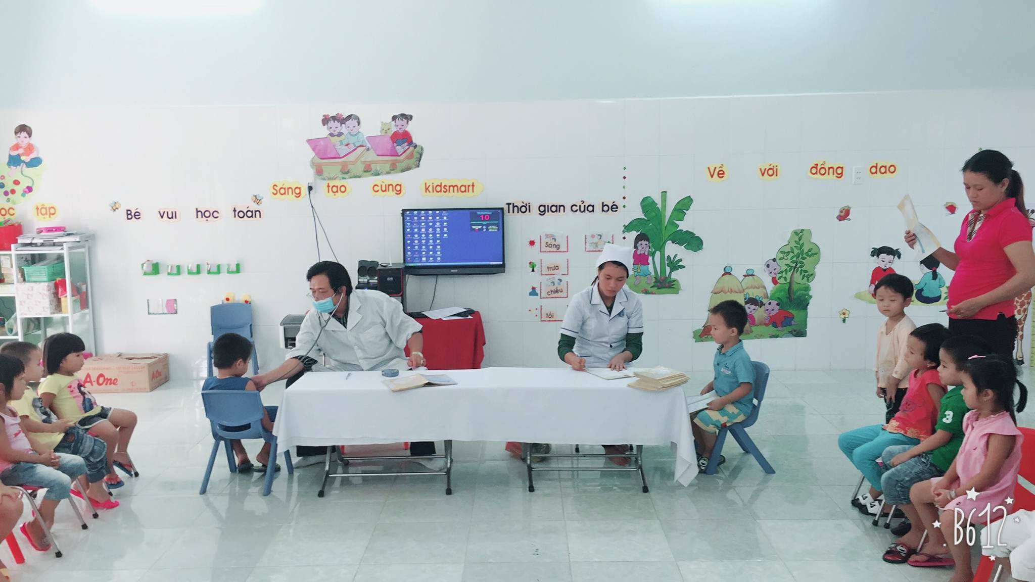 Hình ảnh trẻ được khám sức khỏe định kỳ, năm học 2017-2018