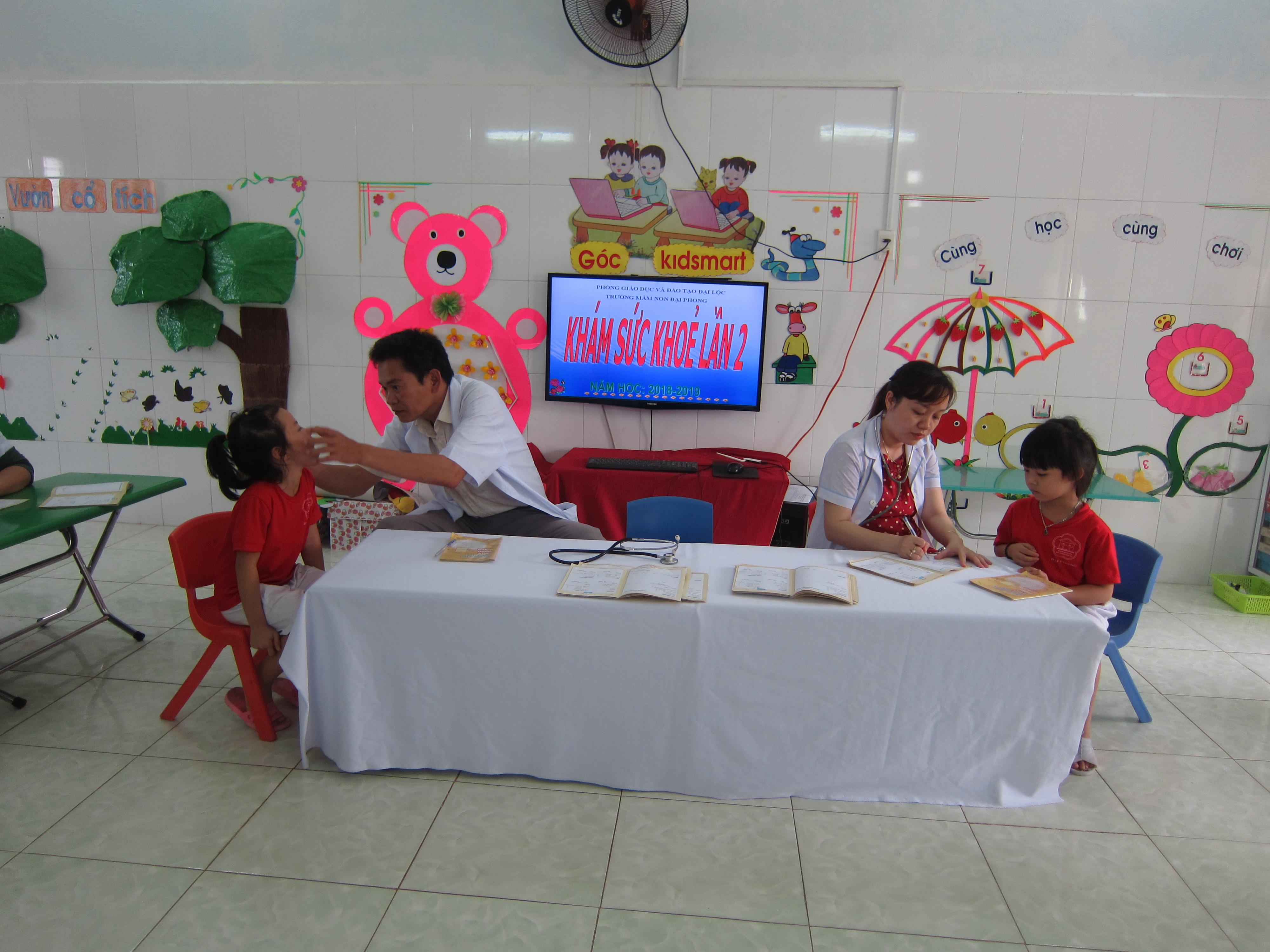 Hình ảnh trẻ được khám sức khỏe định kỳ lần 2, năm học 2018 – 2019
